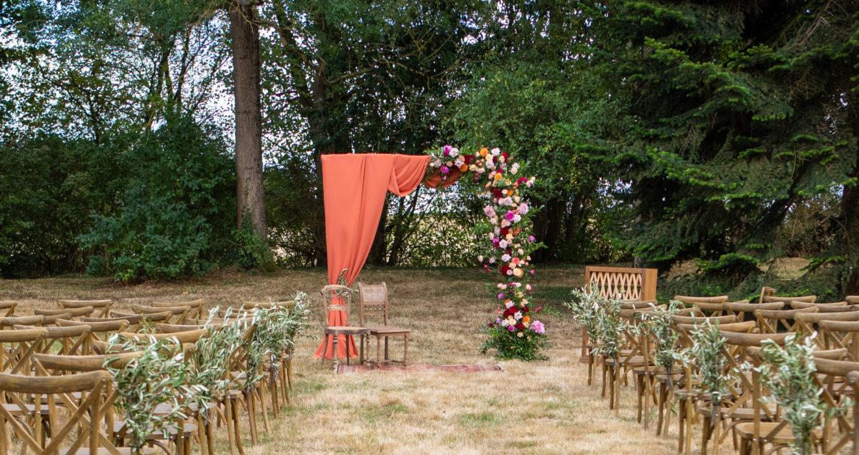 cérémonie laïque, château de bourguignon, terracotta, cérémonie, mariage, mariage coloré, mariage en automne, fleuriste mariage, décoratrice mariage