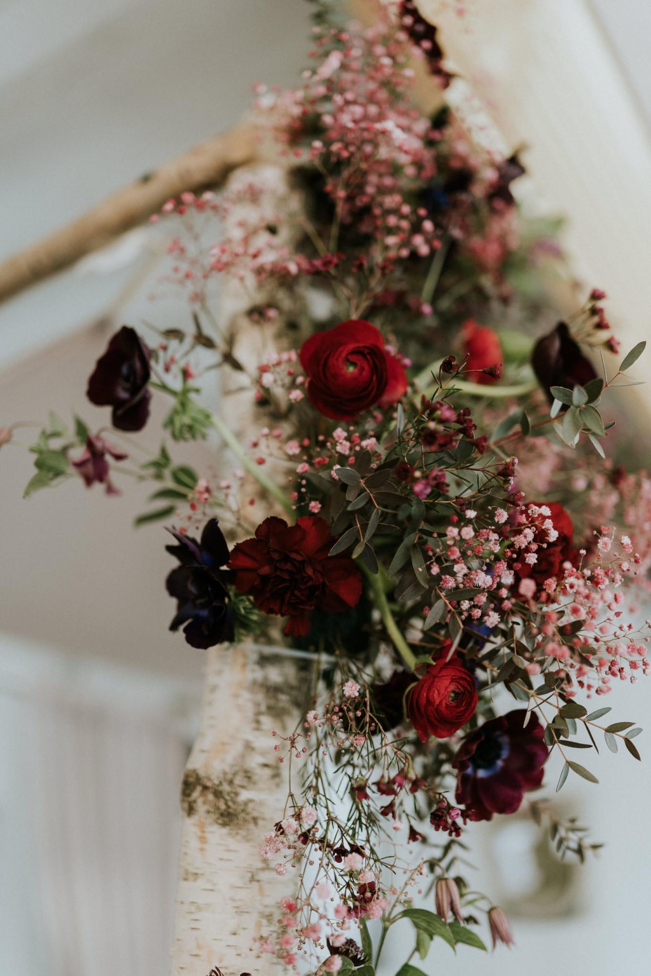 Fleuriste mariage, design floral, mariage à paris, décoratrice paris, mariage sur les toits de paris, red velvet, rouge velours, mariage, houppa