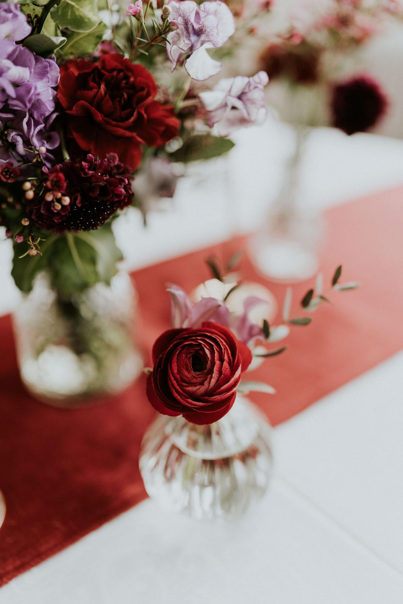 Fleuriste mariage, design floral, mariage à paris, décoratrice paris, mariage sur les toits de paris, red velvet, rouge velours, mariage, centre de table
