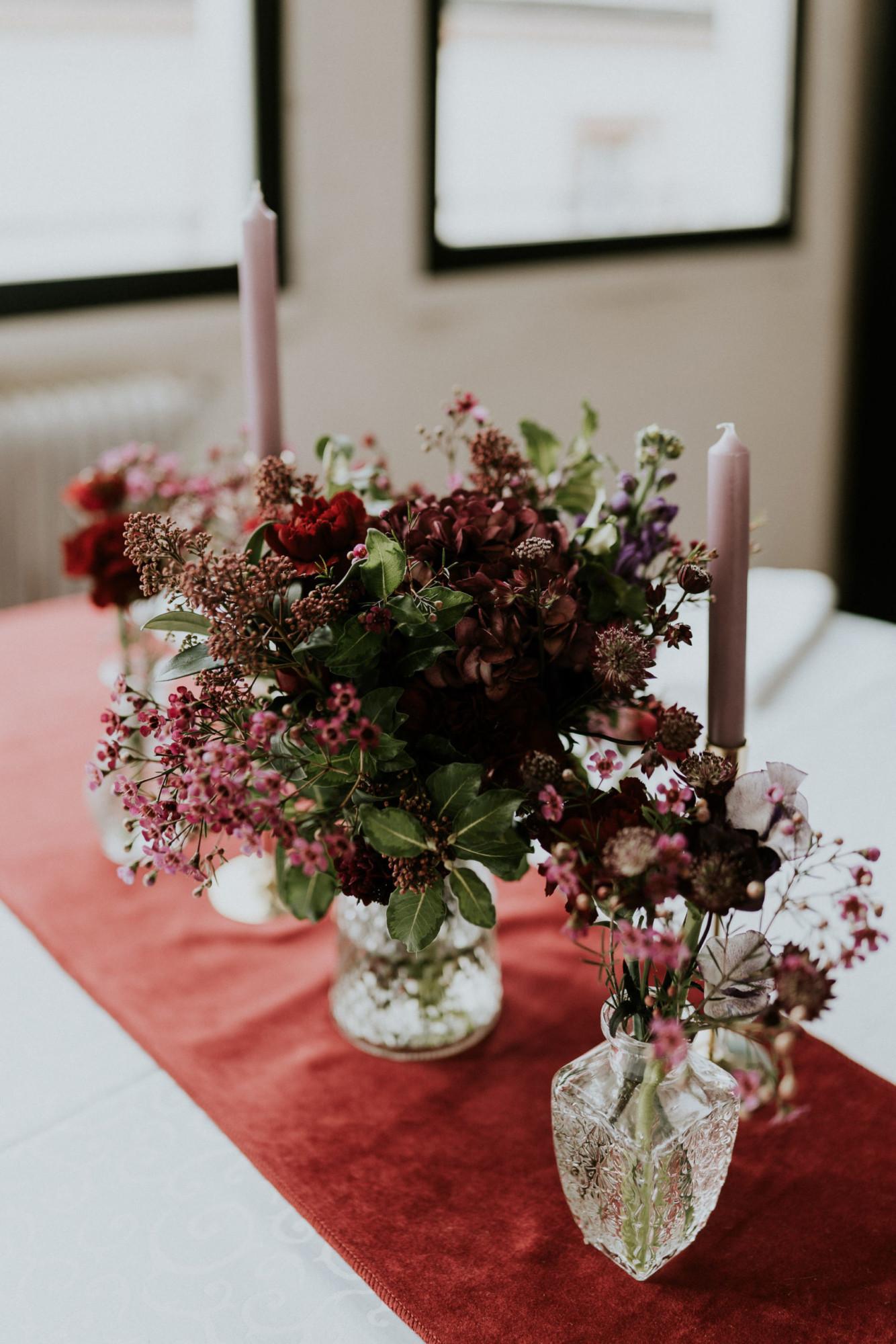 Fleuriste mariage, design floral, mariage à paris, décoratrice paris, mariage sur les toits de paris, red velvet, rouge velours, mariage , centre de table