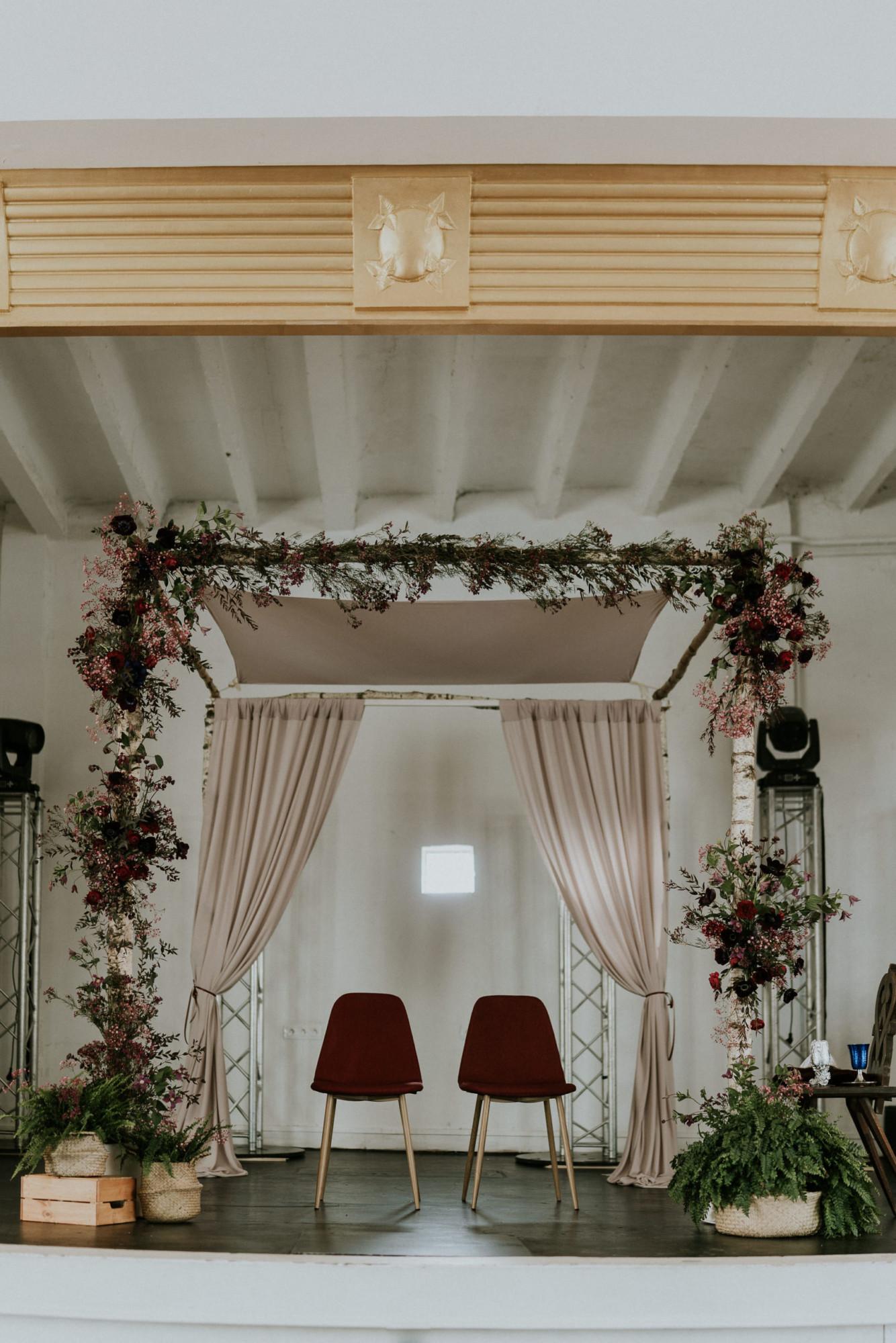 Fleuriste mariage, design floral, mariage à paris, décoratrice paris, mariage sur les toits de paris, red velvet, rouge velours, mariage , houppa