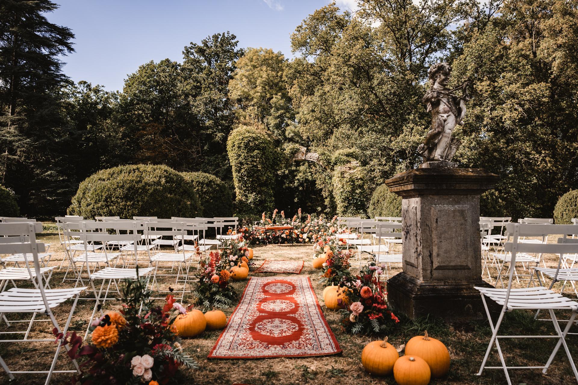 Allée cérémonie tapis, citrouilles, fleurs
