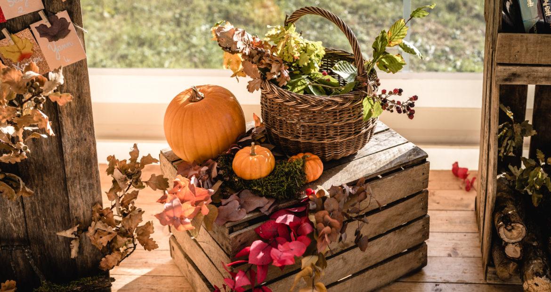 mariage en automne, décoratrice, mariage, future mariée, plan de table, citrouille, wedding designer, floral designer, panier, objet vintage
