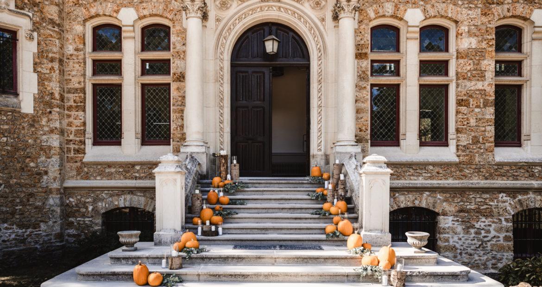 Mariage en automne, citrouille, mariage citrouille, mariage au château, château de méridon, décor automnal, décor d'escalier, wedding designer, floral designer