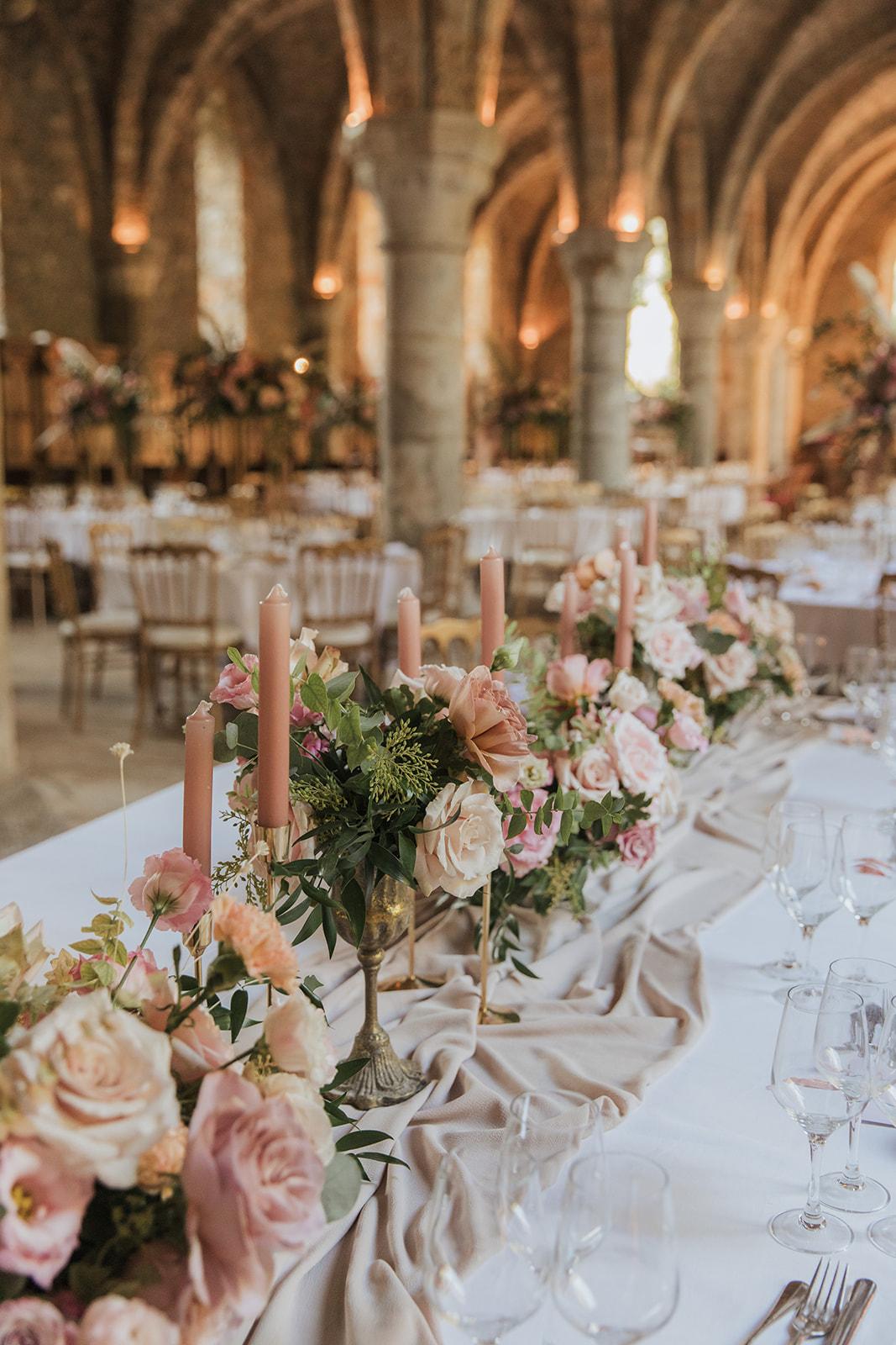 Mariage, décoratrice mariage, décoratrice paris, fleuriste mariage, fleuriste paris, abbaye des vaux de cernay, mariage élégant, table d'honneur, wedding designer, mariage raffiné