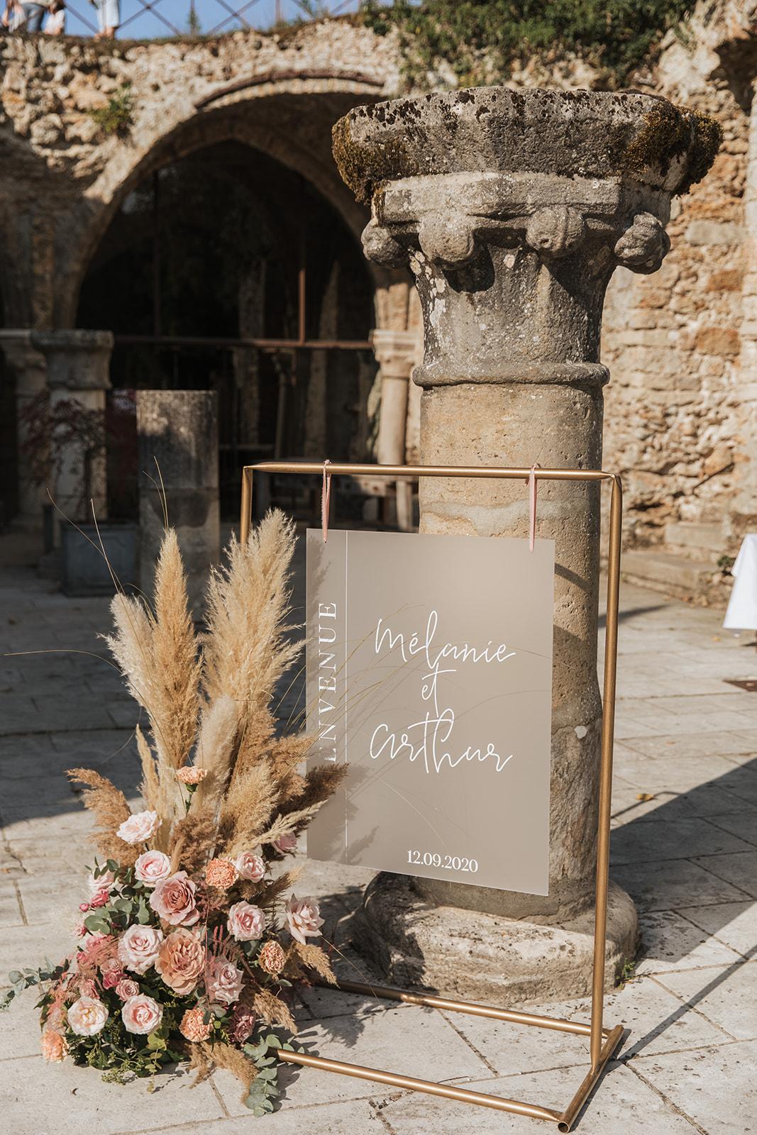 Mariage, décoratrice mariage, décoratrice paris, fleuriste mariage, fleuriste paris, abbaye des vaux de cernay, panneau de bienvenue, pampa, mariage raffiné