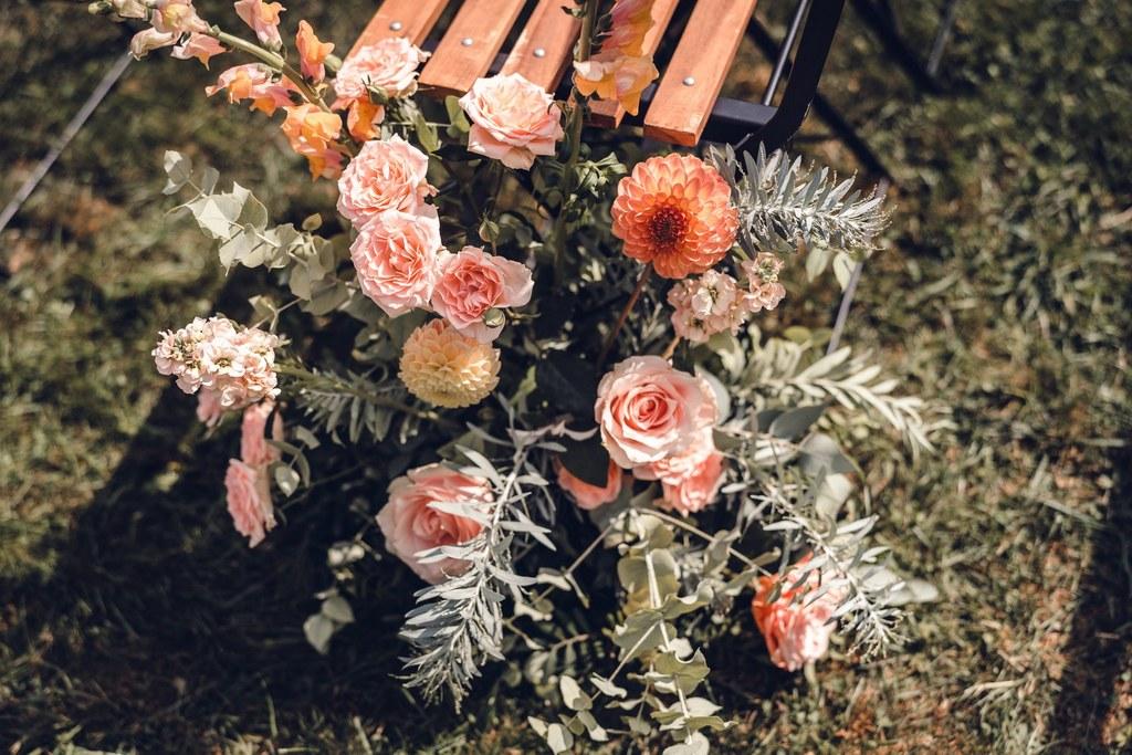 art floral, design floral, bout de banc, cérémonie laïque, allée de cérémonie, décoration de mariage