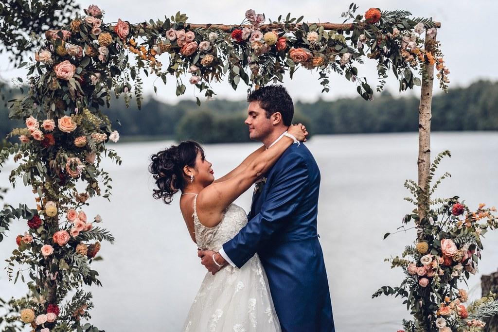 arche mariage, arche fleurie, couple, cérémonie laïque,