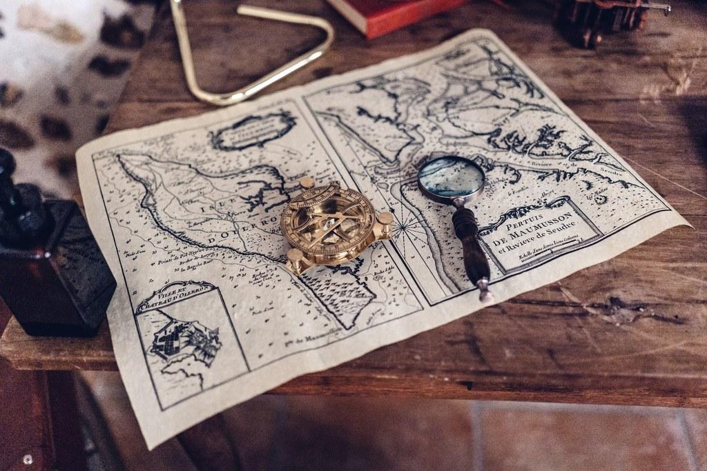 livre d'or, décoration mariage, carte de navigation, boussole, détail décoration mariage, steampunk, wedding