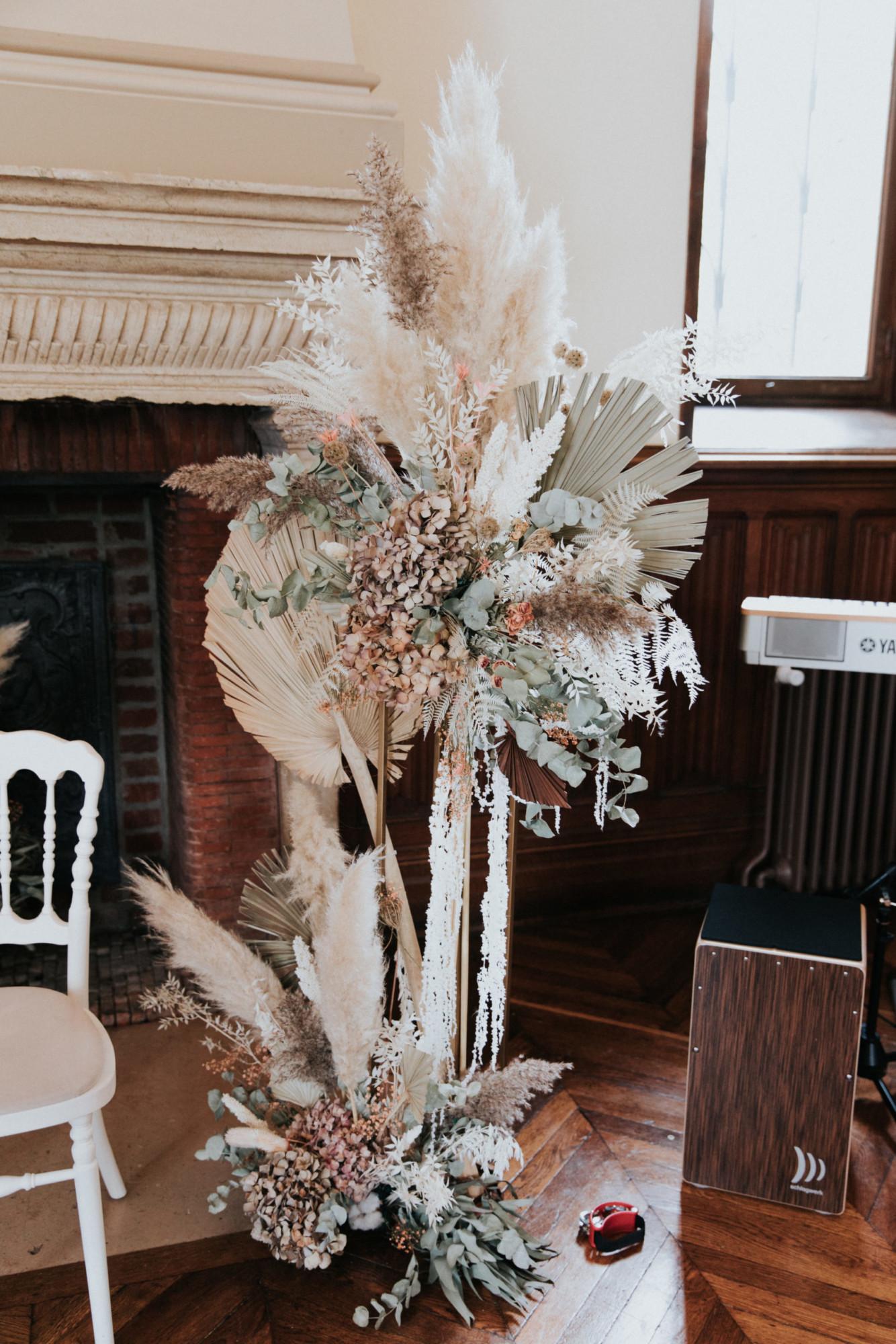 décor de cérémonie, fleurs séchées, arche, stèle