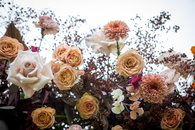 mariage bohème, design floral, wedding design, fleuriste paris, fleuriste mariage, palm, fleurs séchées, mariage en automne, la catrache, décoration de mariage Paris, terra cotta, fleuriste mariage paris, arche, cérémonie, mariage en automne, mariage chic